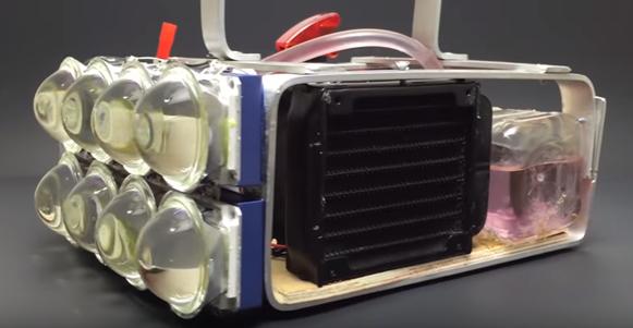 Extrémní příruční svítilna potřebuje vodní chlazení